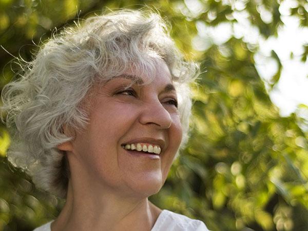 lachende Seniorin in der Natur